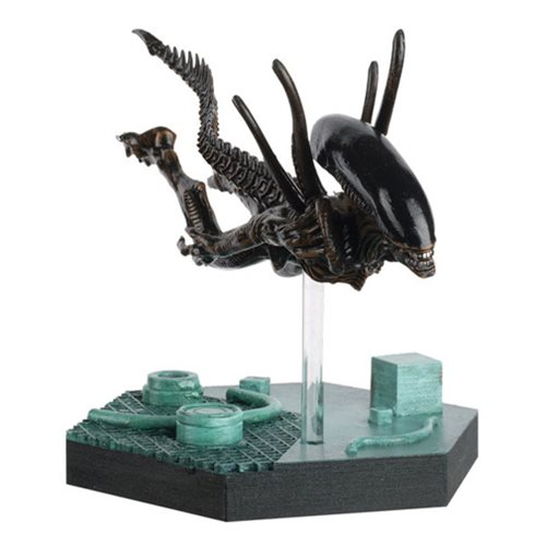 Alien and Predator Swimming Xenomorph Figure from Resurrection with Collector Magazine #25